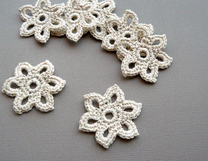 15 Crochet Flower Appliques 13/8 inch Diameter por CaitlinSainio