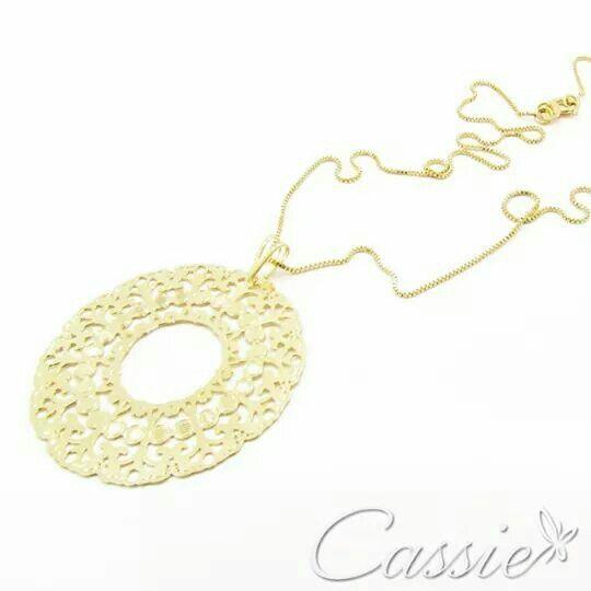 Colar Mandala Sole folheado a ouro com corrente veneziana de 30cm e pingente médio de mandala.  ▪⚪▪⚪▪⚪▪⚪▪⚪▪⚪▪⚪▪⚪▪⚪ #Cassie #semijoias #acessórios #moda #fashion #estilo #inspiração #tendências #trends #brincos #garantia #brincoslindos #love #pulseirismo #lookdodia #zircônias #folheado #dourado #brincoleque #brincoleve #colar #pulseiras #maxibrinco #anellove #mandala
