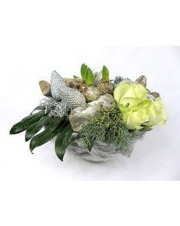 Kerststuk met witte Hyacinten in een glazen schaal en kerstdecoratie