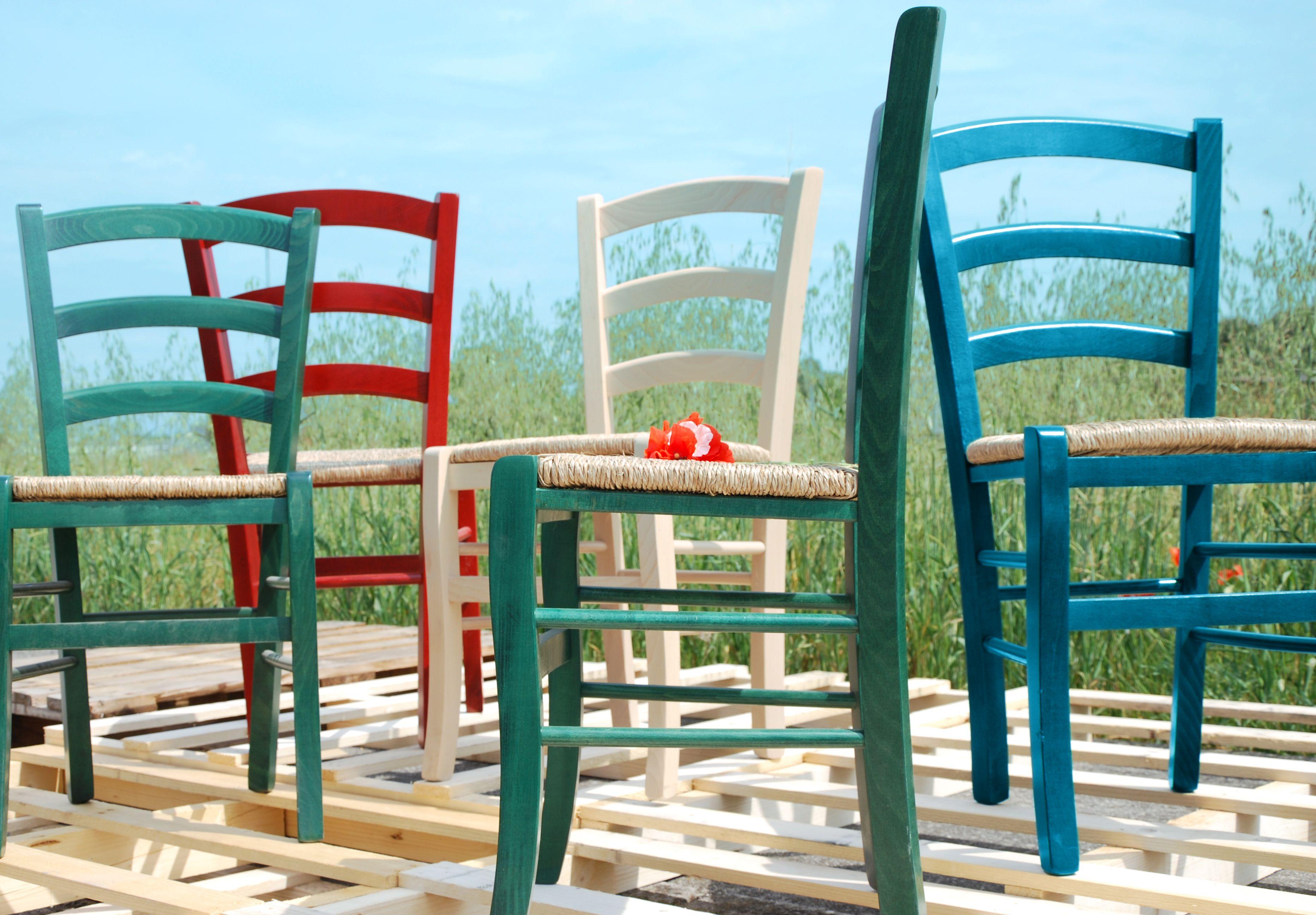 sedia #paesana in #legno e #paglia #colorata e alla #moda