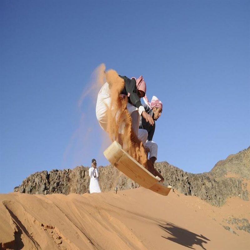 شبان يتزلجون على الرمال في صحراء تبوك Saudiarabia Boarding Www Magicalarabia Com Sand Skiing Tabuk Extreme Adventure Sports