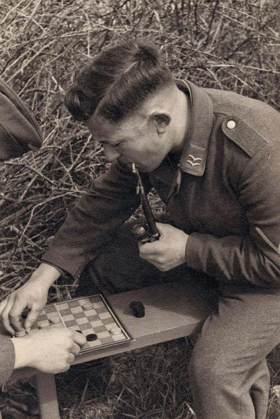 luftwaffe gefreiter plays checkers