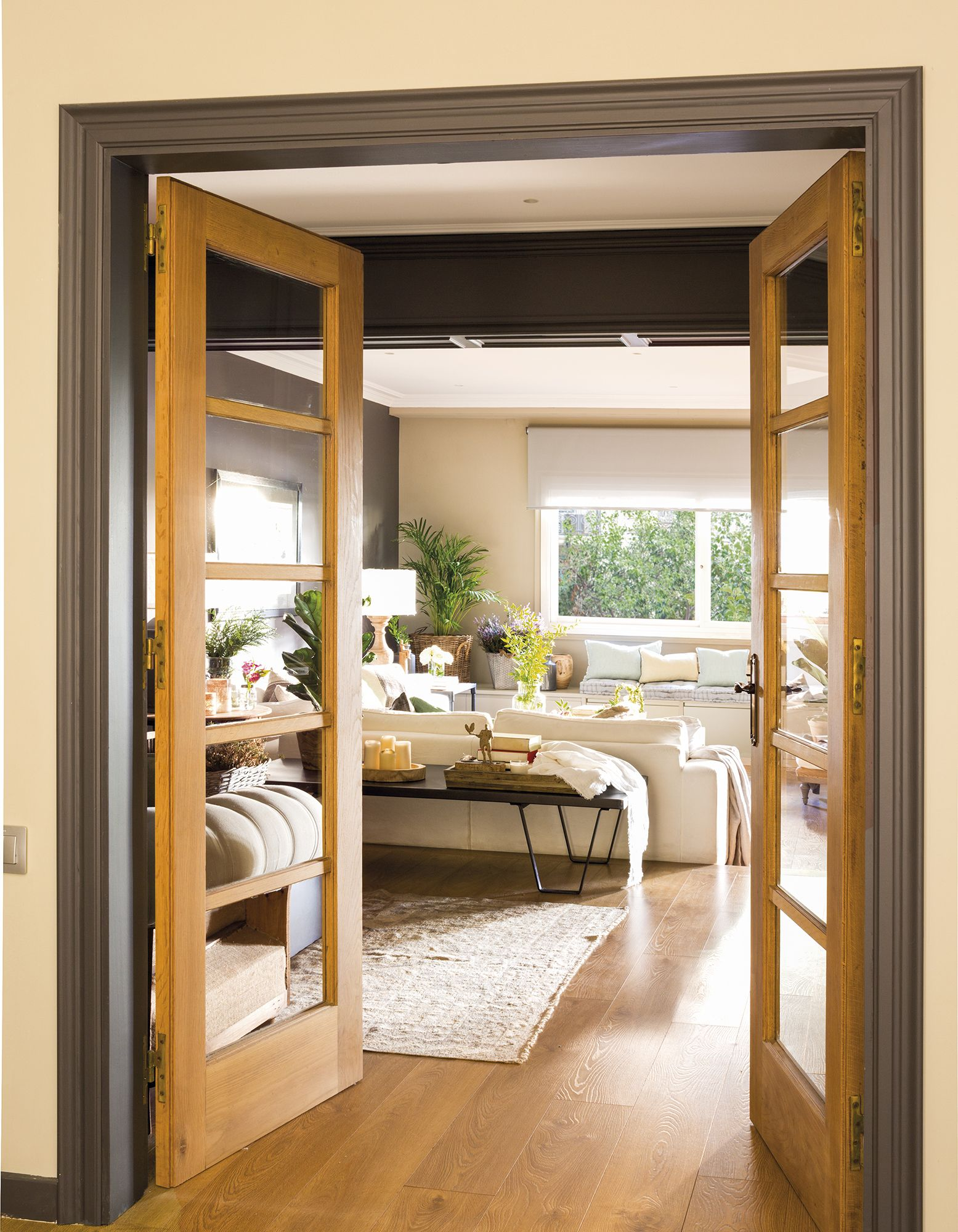 Un piso con aires de club ingl s puertas puertas for Pintura para marcos de puertas y ventanas