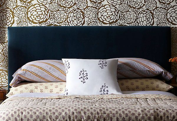 Attrayant Moody Glamour   The Navy Velvet Headboard Adds Texture When Paired With An  Oversize Floral Wallpaper