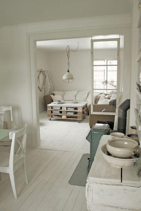 White and pallets home decor shabby chic inspiration pinterest industriel tables basses - Tafel bois blanc vieilli ...