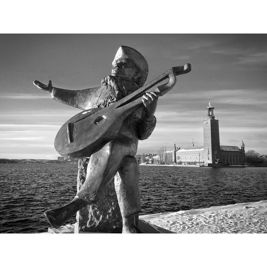 Trovador 🪕 . . #trovador #stockholm #stockphotography #sweden #sweden🇸🇪 #streetphotographer #streetphotography #pier #port #statue #portrait #instatravel #instatraveling #travel #travelphotography