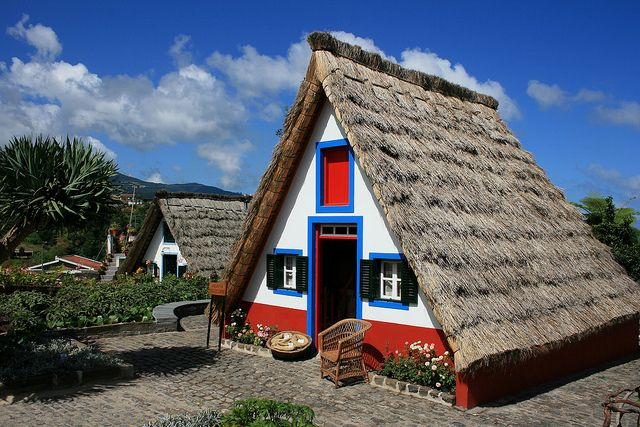 Casas de Santana / . / Have a triangular shape and are