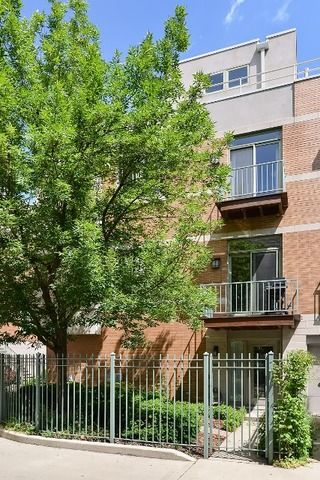 Old Town Chicago is routinely voted as a top neighborhood in the entire country by national publications to live and play! Check out these Old Town condos for Sale! #OldTown #LuxuryLife #realestate #WellsStreet