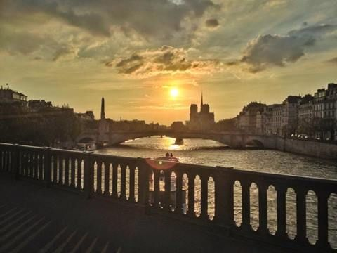 Bonsoir Paris.