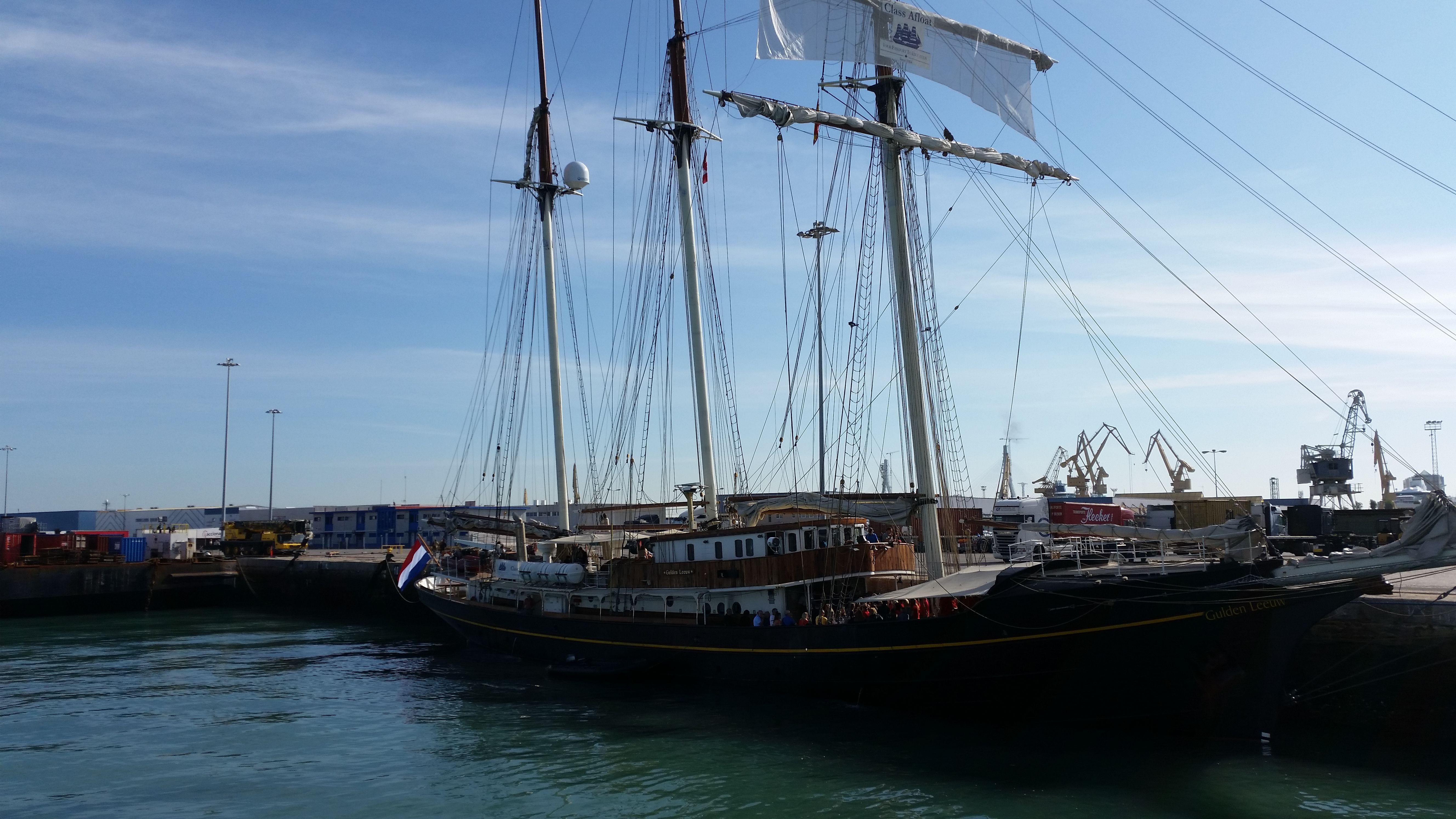 buque de recreo atracado en los muelles del puerto de Cádiz