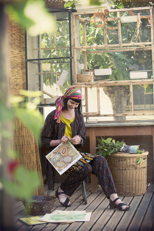 """Sommermode 2013 - Ein perfekter Ort für die farbstärksten Trikotmodelle dieses Sommers, inspiriert von Tigeraugen und Südfrankreich.  Auf diesem Bild: Longbluse """"Ibis"""" aus Modal/Baumwolle"""
