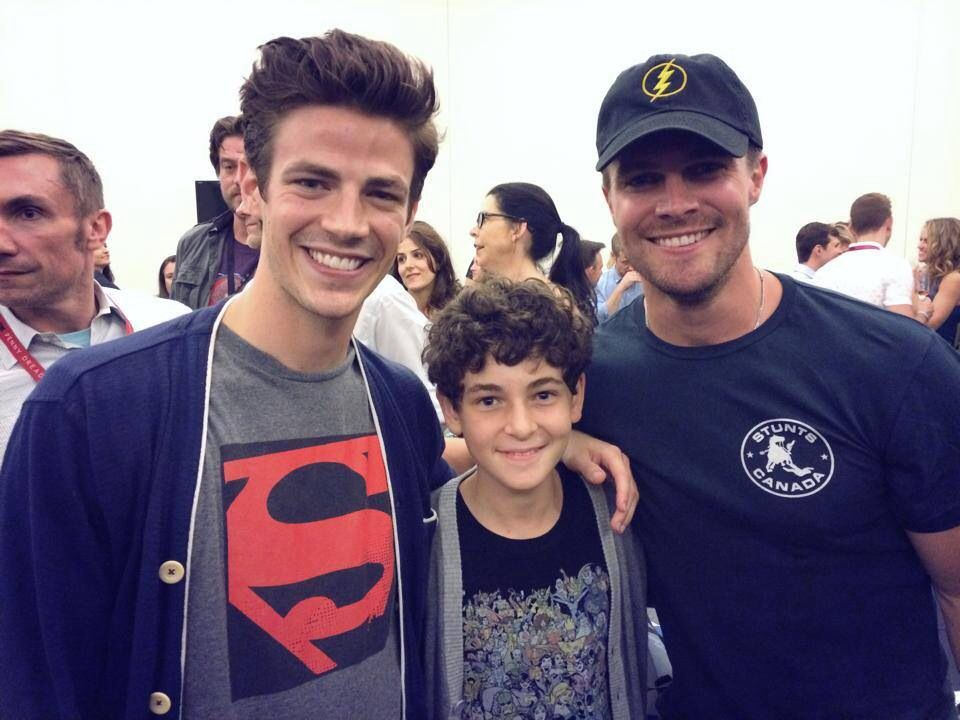Grant Gustin, David Mazouz, and Stephen Amell IN ONE PHOTO!!! I am soooo...omg....this is too much for me!!! Cuteness overload