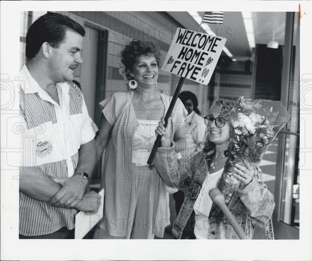 1990 Press Photo Faye York returns to the US after being trapped in Iraq