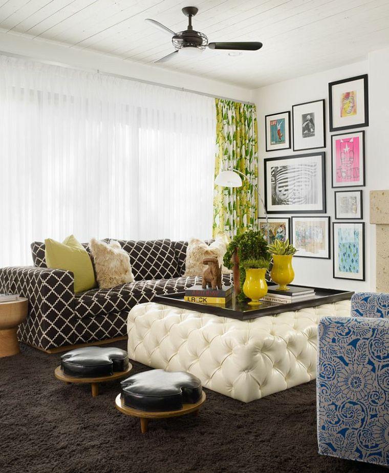otomana cuadrada y taburetes pequeños en el salón moderno | Muebles ...