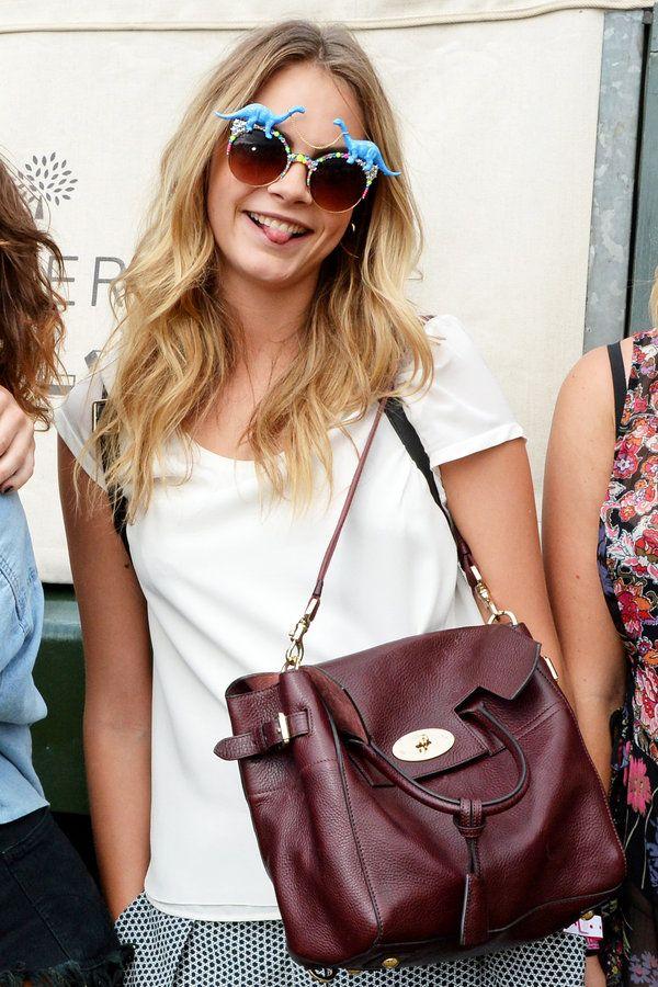 カーラ×「マルベリー」の最新バッグをON