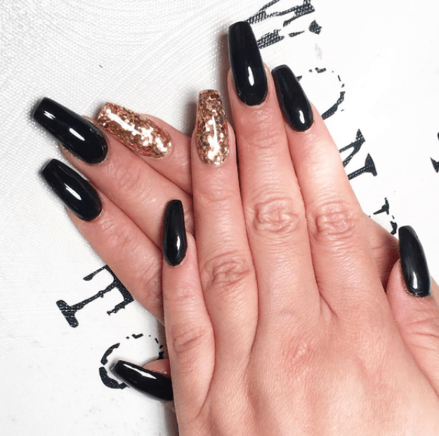 Or go gold with just a single nail on each hand. Perfect for those fancy parties you've got coming up.