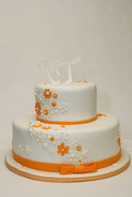 2 Stockige Hochzeitstorte Cremeweiss Orange Bluten Hochzeit