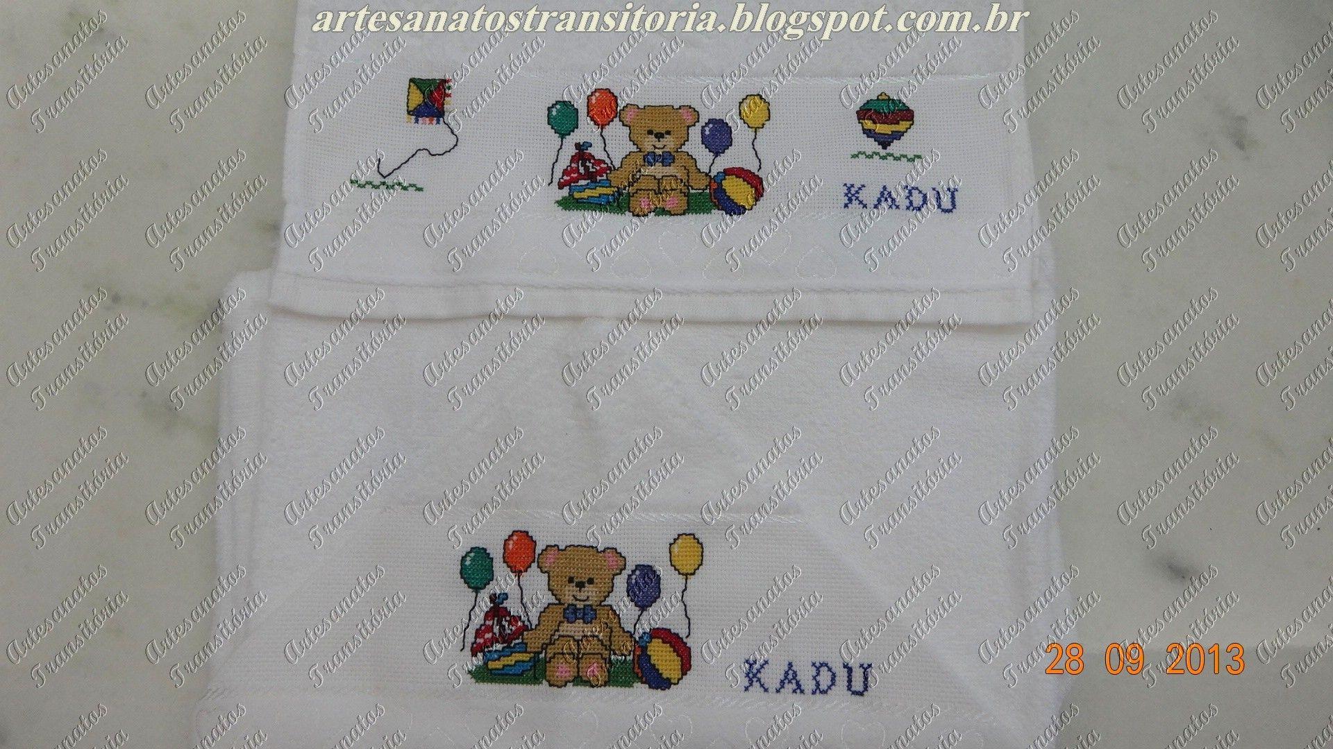 Ponto cruz ursinho em toalha com capuz e toalha de boca.