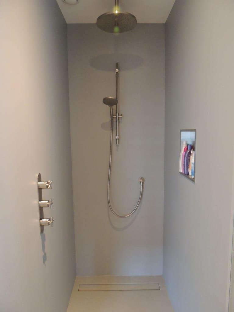 foto s van een industrià le badkamer inloopdouche met wandcoating