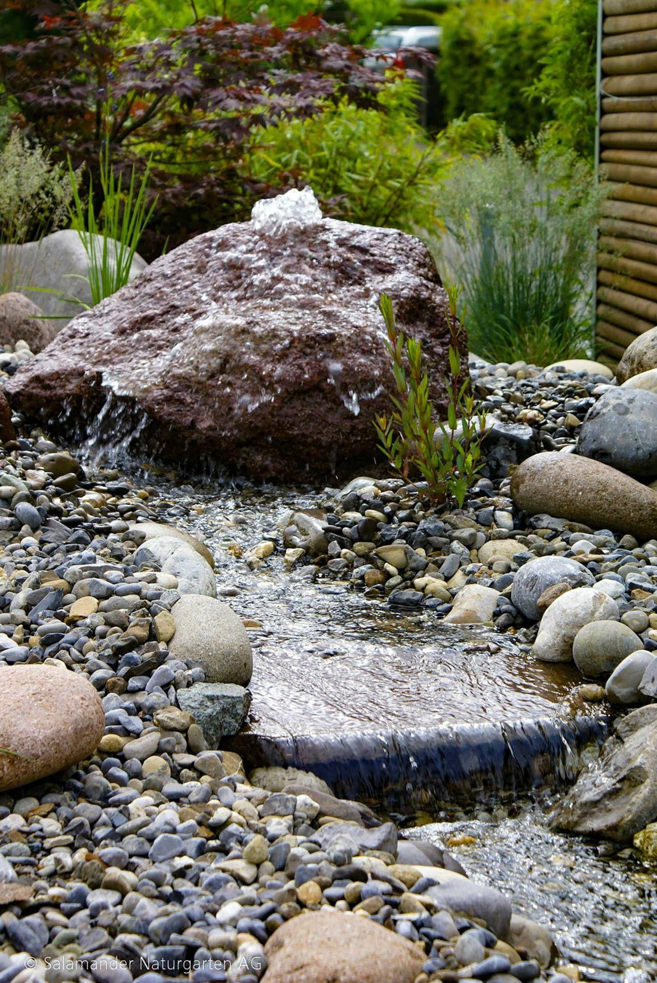 Das Wasser Fliesst Ausgehend Vom Quellstein Dem Bachbecken Entlang Bach Bachlauf Garten Wasser Naturgarte Bachlauf Im Garten Quellstein Wasser Im Garten