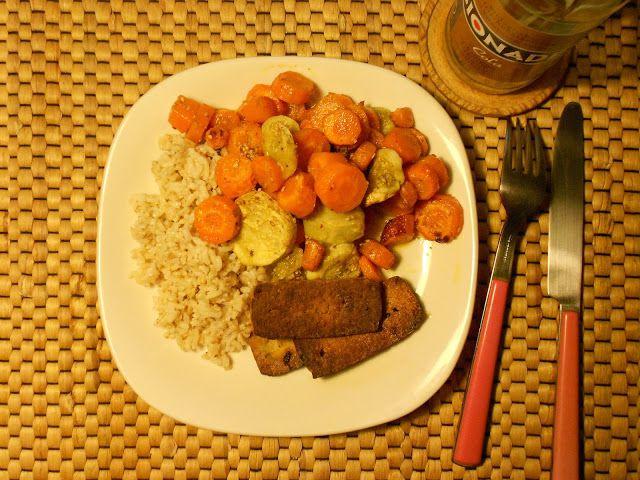 Leckeres Abendessen bei Marzipani: feine, süße Möhrchen und einen Zucchino aus dem Ofen, dazu Vollkornreis mit Gomashio - einem japanischen Würzmittel