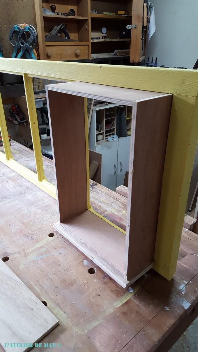 Comment Peindre Des Fenetres En Bois une fenêtre convertie en étagère rétro   meuble vitré