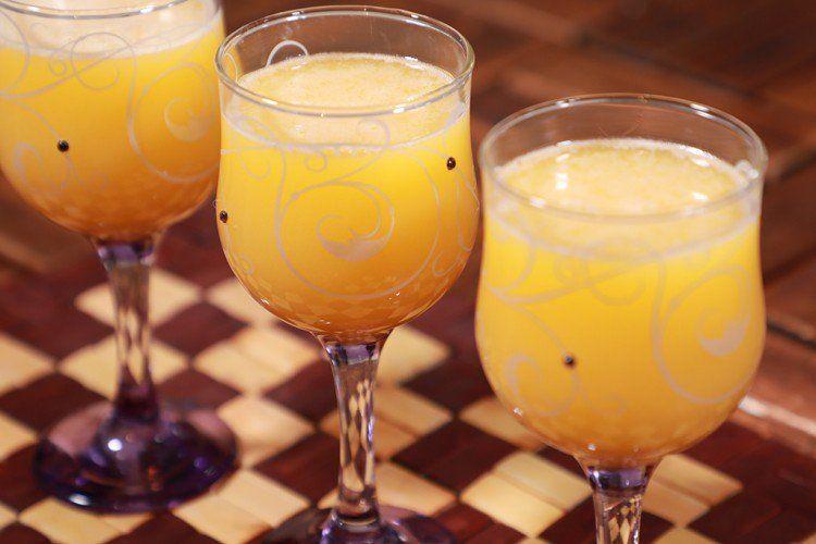 عصير قمر الدين بالفيديو يعتبر عصير قمر الدين من أصناف المشروبات والعصائر الرمضانية التقليدية والمحببة جدا على سفرة رم Alcoholic Drinks Wine Glass Glassware