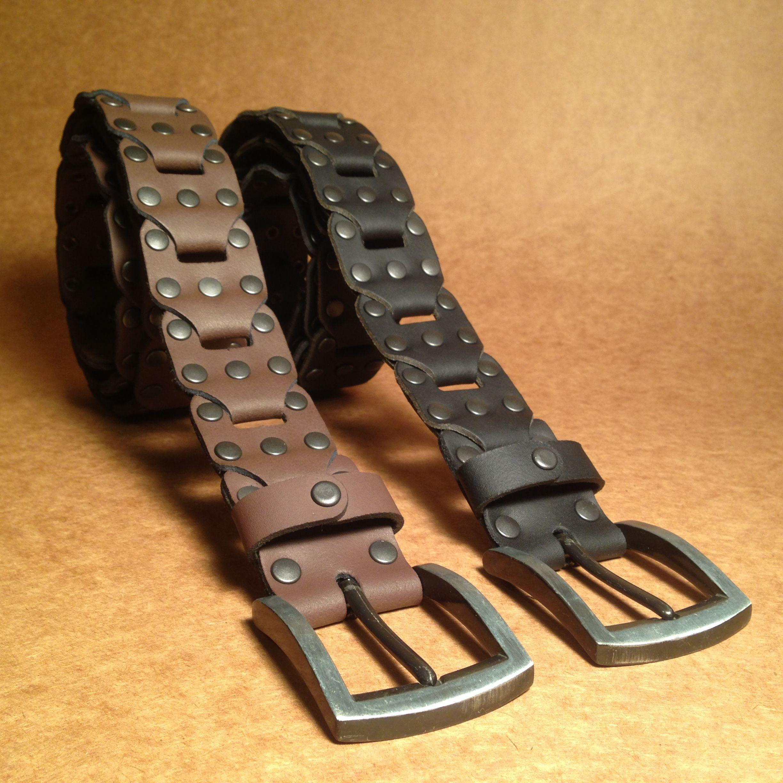 b8c3e2ce1 Cinturones confeccionados con eslabones de cuero genuino, con remaches y  hebilla de metal. Diseño