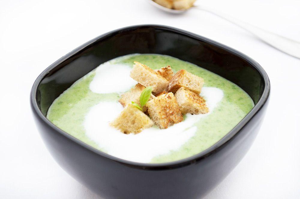 Der erste Spinat wird am Markt angeboten, nur zugreifen und das Rezept von der Spinatsuppe nachkochen.