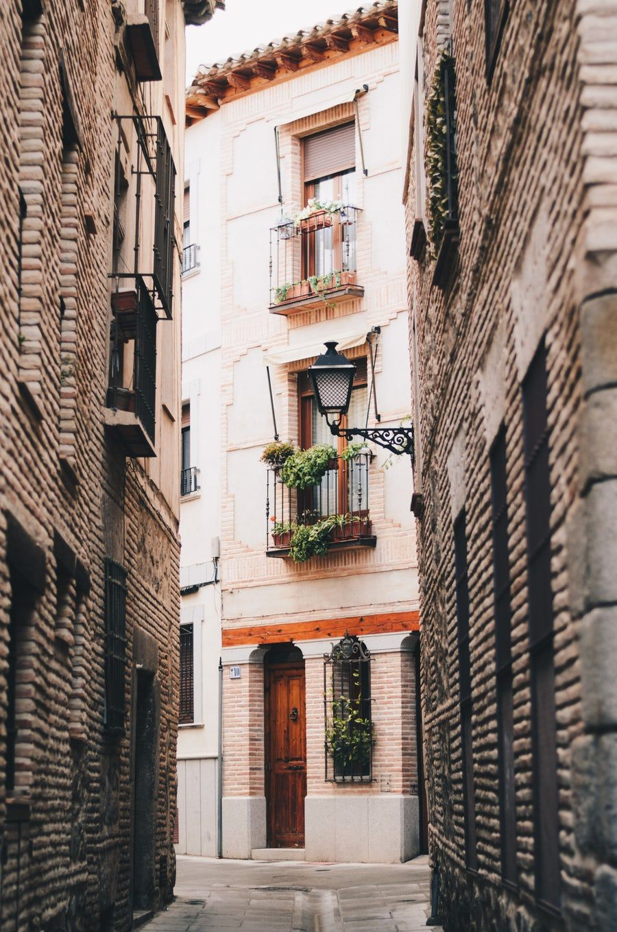 500 White Brick Pictures Hd Download Free Images On Unsplash Toledo Cathedral Small Group Tours White Brick