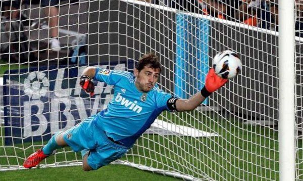 The goalkeaper: he is the only player that can touch the ball with the hands in his special area. He is reponsible that the opponent does not scores goal.