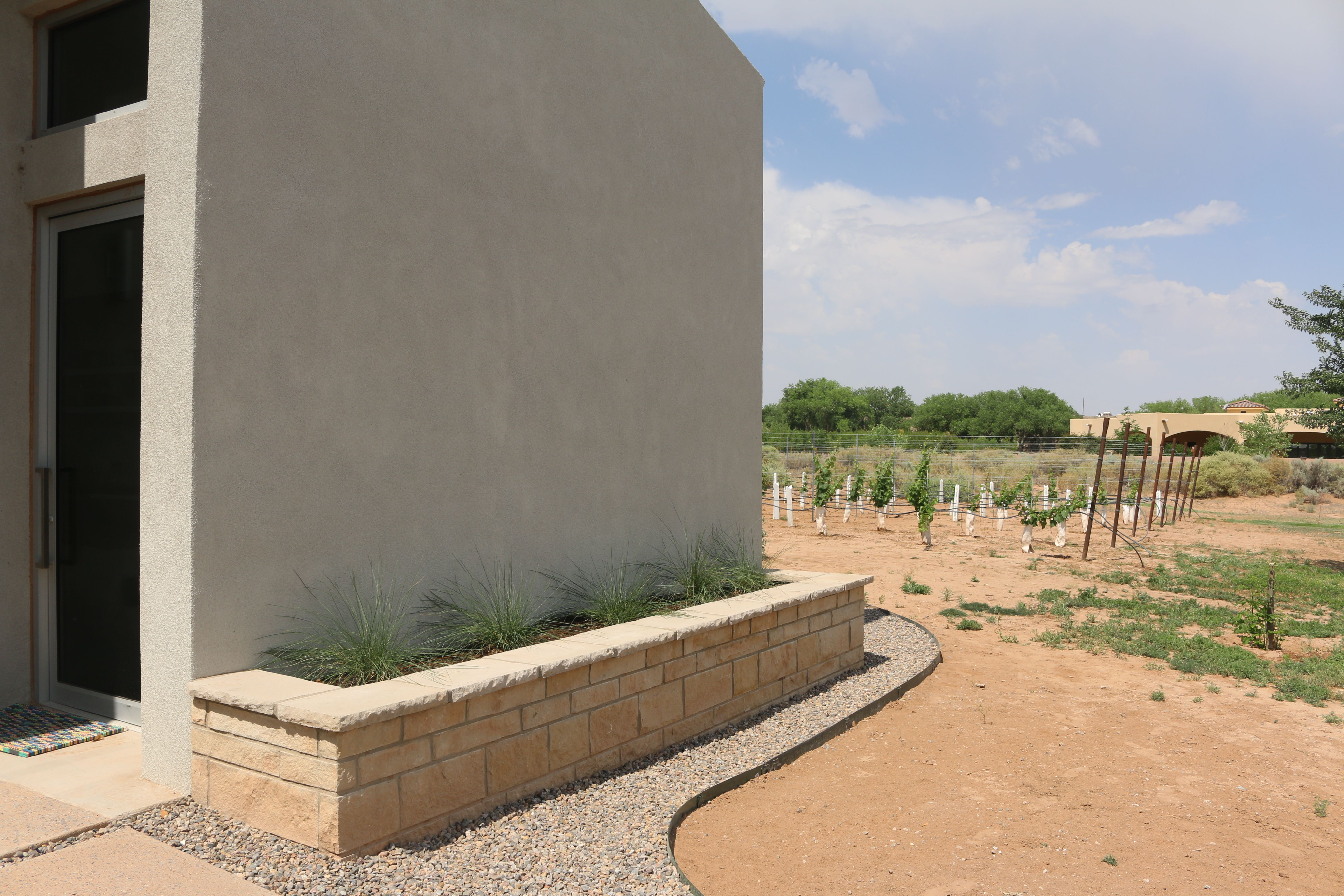 Raised Stone Veneer Planter In 2020 Stone Veneer Planters Stucco Walls
