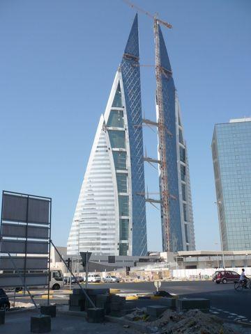 http://tpenature.e-monsite.com/medias/album/images/immeuble-a-eolienne-wind-turbine-building-man.jpg