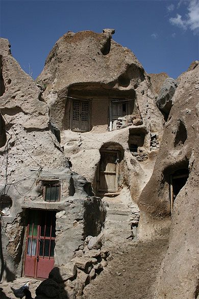 maison troglodyte iran unusual houses iran and architecture. Black Bedroom Furniture Sets. Home Design Ideas