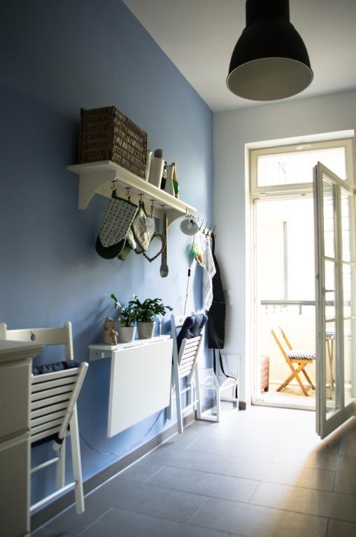 Küche in blau. Blaue Wand mit mit weißer Küchenmöbel und ...