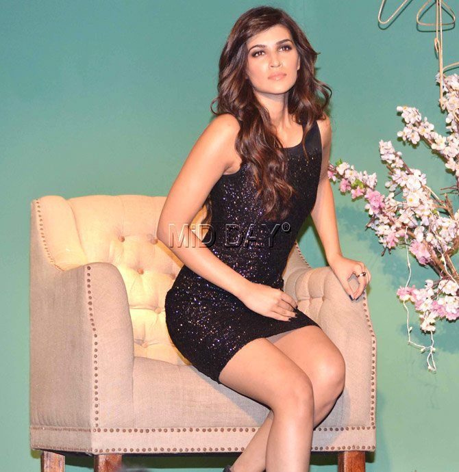 Kriti Sanon Sizzles In Her Black Outfit On The Ramp At A