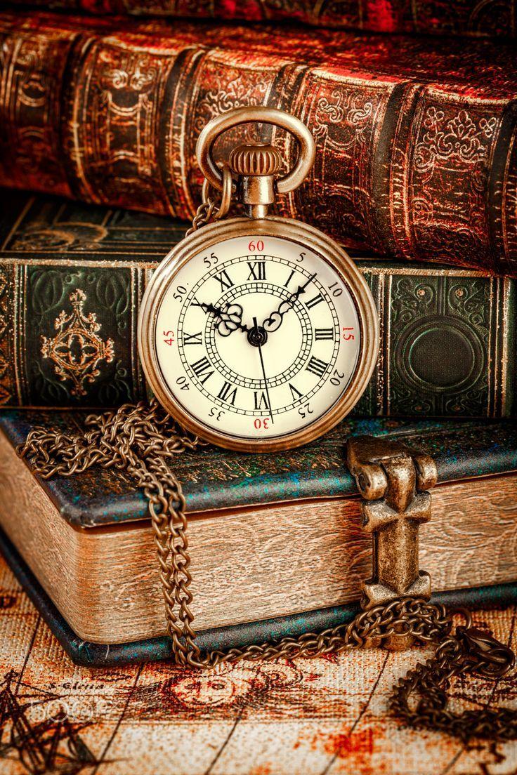 Alte Bücher und Vintage Taschenuhr - Vintage Antike Taschenuhr auf der Rückseite ... -   # #vintagewatches