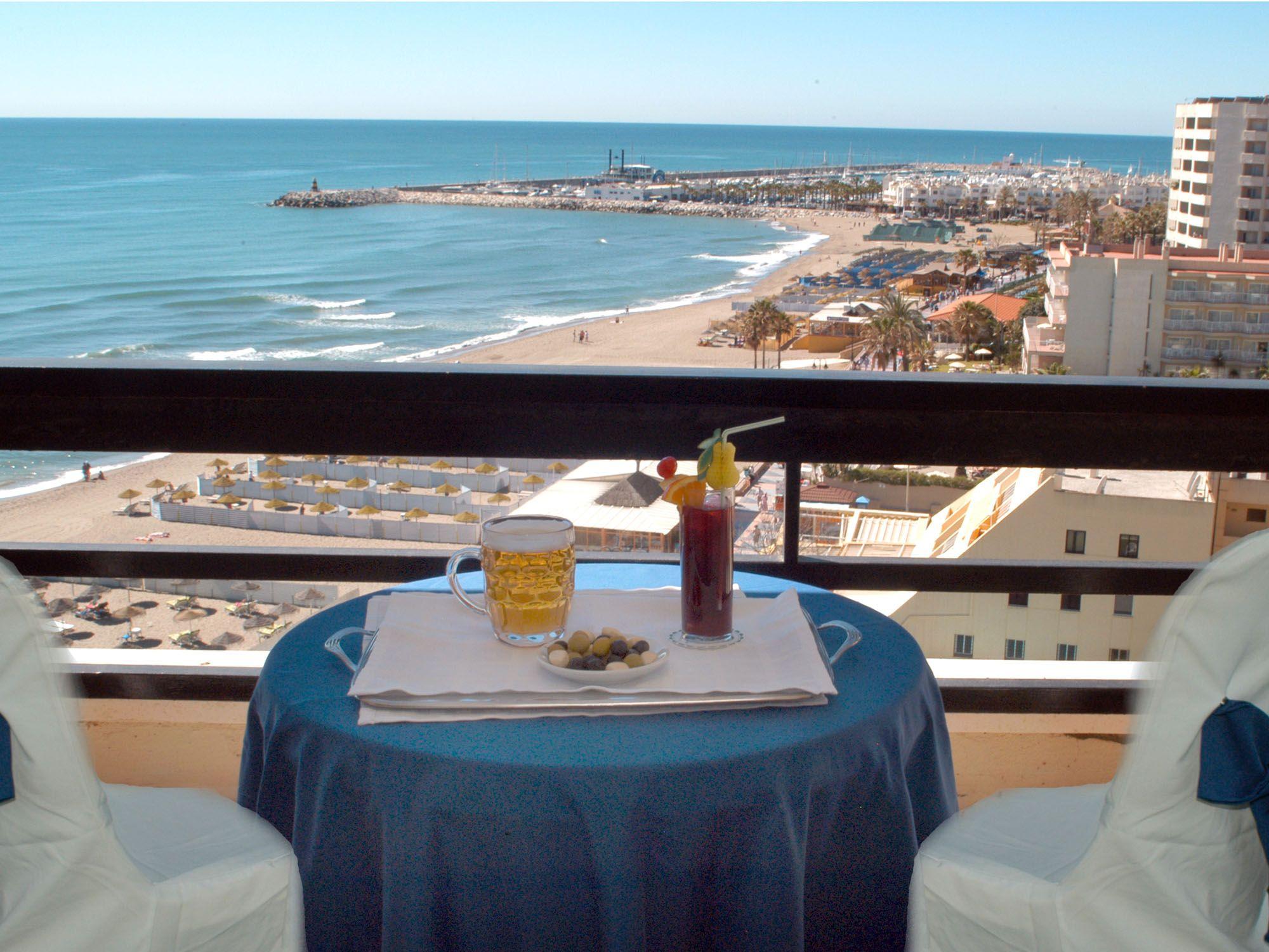 Aperitivo en la terraza del hotel con vistas al mar Aperitif at terrace