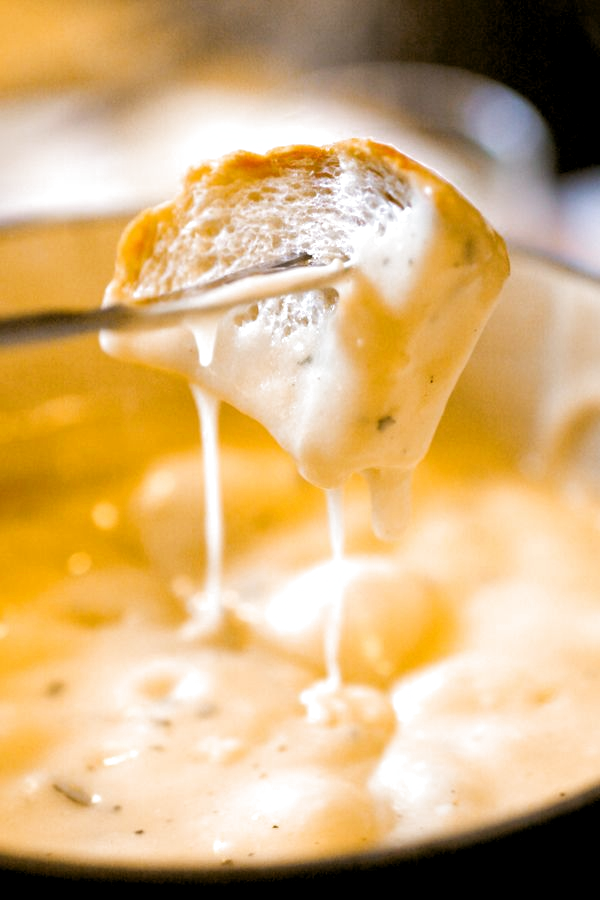 Want a cheddar cheese fondue recipe? Then you are gonna love this Copycat Melting Pot Cheese Fondue Recipe #themeltingpot Want a cheddar cheese fondue recipe? Then you are gonna love this Copycat Melting Pot Cheese Fondue Recipe #meltingpotrecipes