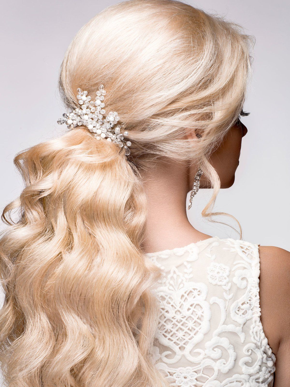 Auch Ein Haargummi Mit Kleinen Perlen Kann Eine Schlichte Frisur Zum Hingucker Machen Haargummi Haare Haar Accessoires