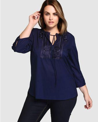 a75bfaa4 Blusa de mujer talla grande Couchel con manga francesa y canesú bordado Más