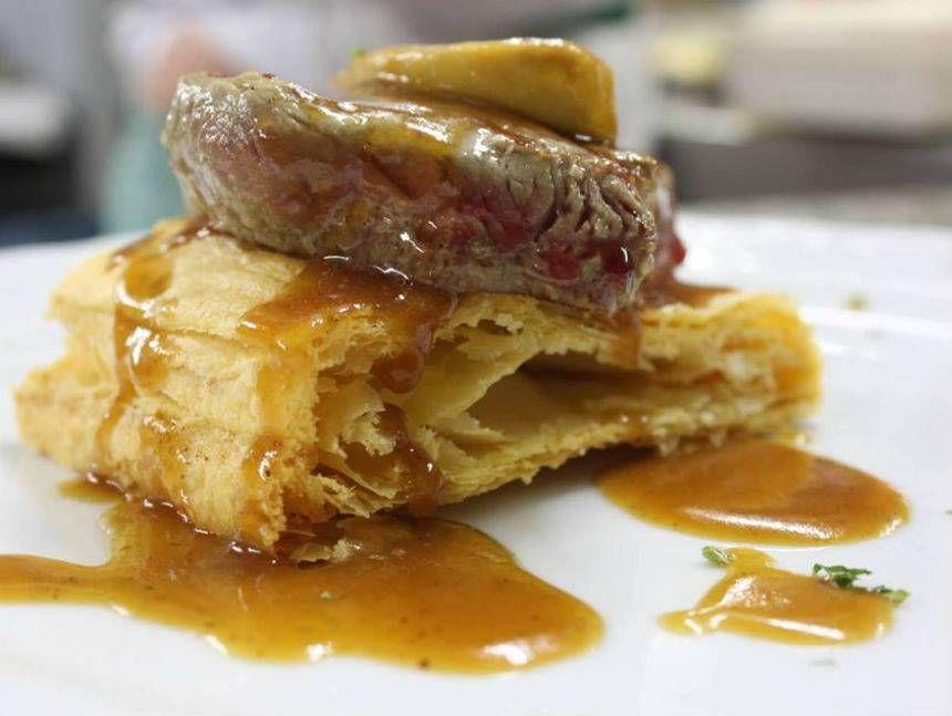 Solomillo de ternera al foie sobre hojaldre Villa Reserva online para comer carne. EligeTuPlato.es