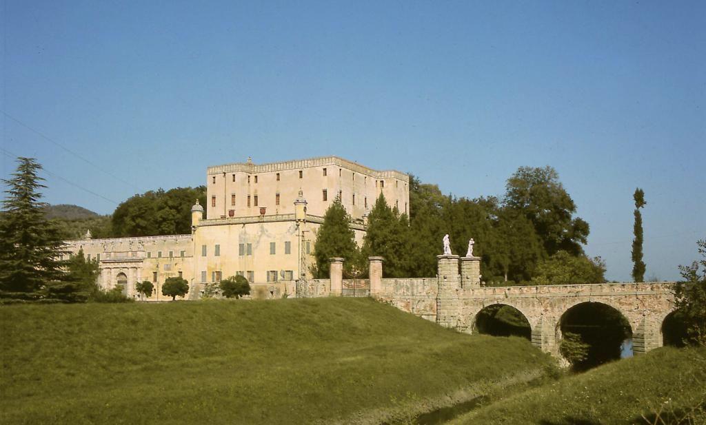 Tra i #collieuganei di #Padova troviamo lo splendido castello del Catajo #venetodigitale @ParcoColli @ColliEuganei_it