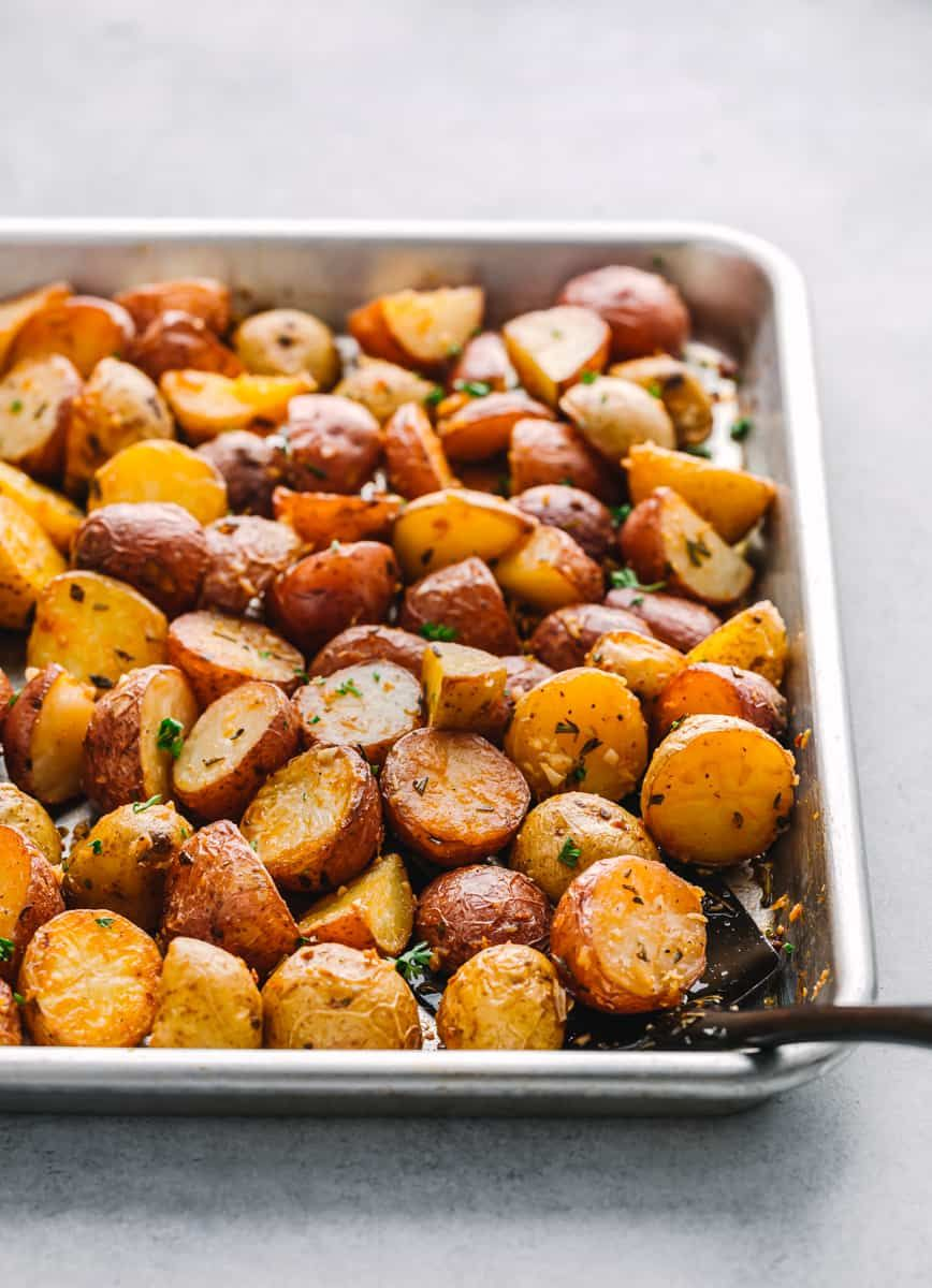 Roasted Baby Potatoes With Rosemary And Garlic In 2020 Roasted Baby Potatoes Potatoes Side Dish Recipes Easy