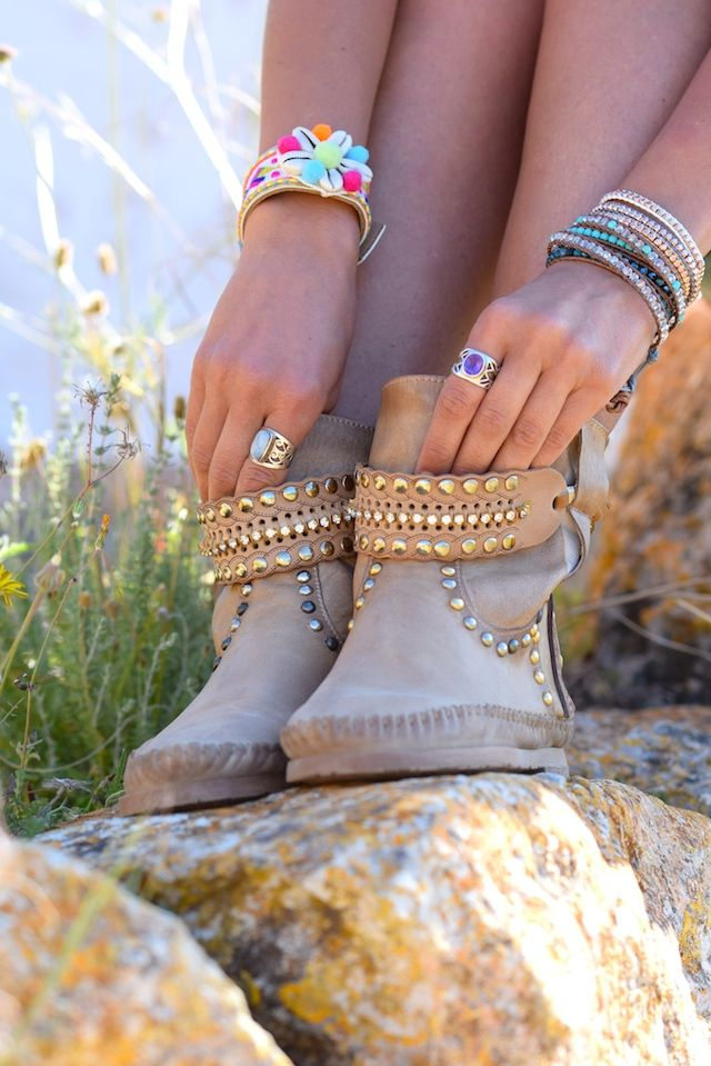 SALOON VINTAGE BEIGE Summer vintage beige boots, 100% Made in Italy entirely hand-stitched, characterized by a unique decorated metal plate, placed on a leather base bearing the inscription Karma of Chame, which verifies the originality #ibizastyle #boho