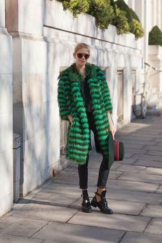 Colorfull fur . Manteau de fourrure en couleur vert . Streetstyle. Fashion . Mode
