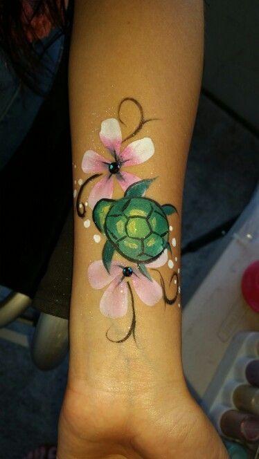 Süße Schildkröte und rosa Hawaii Blumen Gesicht und Körper malen von Sarah Pearce am Ohr ...  #bodypainting