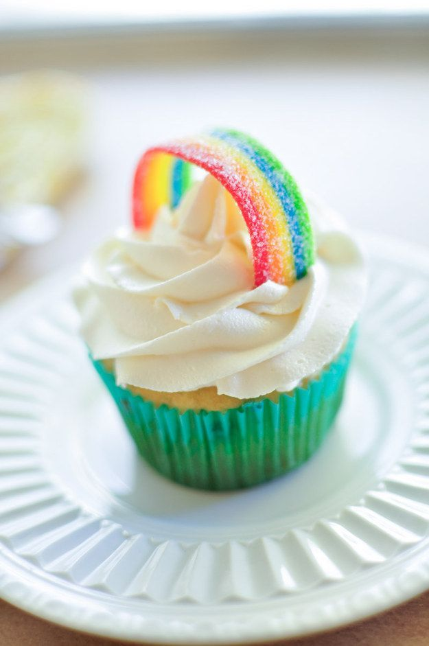 Top a fluffy white cloud of frosting with a candy rainbow. #cupcakesrezepte