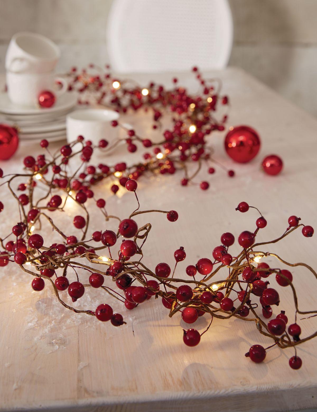 Traditionelle Lichterkette in Form eines Zweiges mit roten Beeren.  #Weihnachtsdeko #Impressionenversand