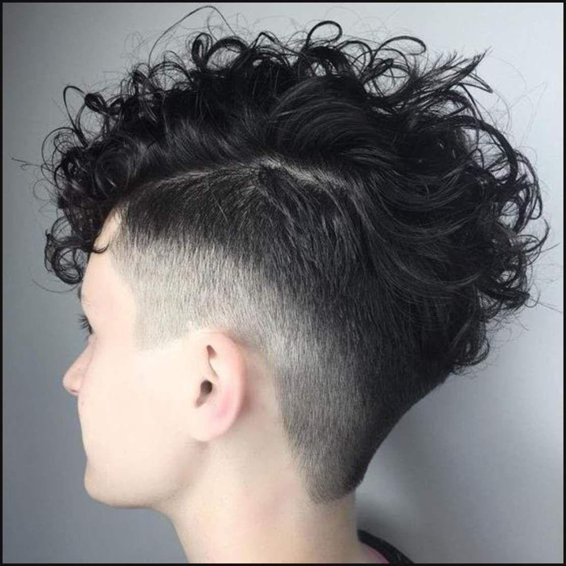Frau Mit Locken Frisuren Mit Locken Frau Haare Frisuren